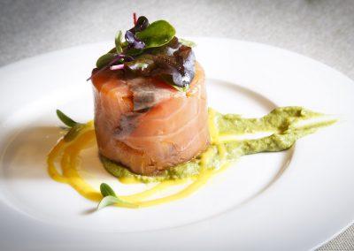 Foulard de salmón con horatilzas y brotes de nuestra huerta